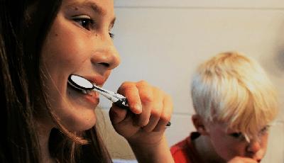 De helft van alle kinderen liegt over tandenpoetsen