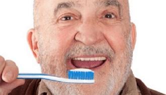 Slechte mondgezondheid leidt tot verzwakking bij oudere mannen