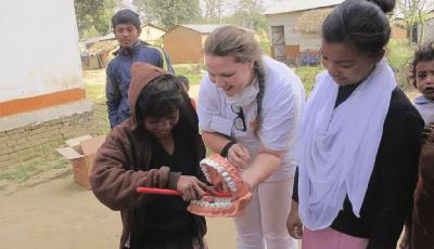 Student mondzorgkunde naar Lombok voor poetslessen