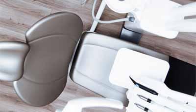Gebitsbehandelingen voor armen door mobiele tandartspraktijk