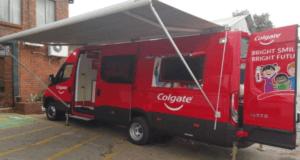 In de Colgate-bus leren kinderen over mondhygiene en het verzorgen van hun tanden