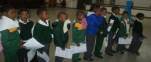 Kinderen van een basisschool staan in de rij voor de check-up