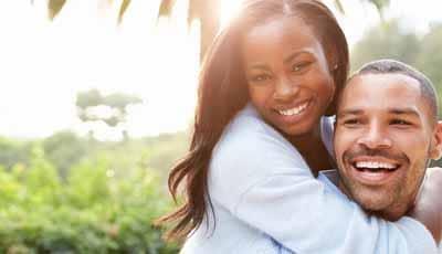 Het blijkt dat de glimlach van beroemdheden nogal verschilt van die van ons gewone volk. Lachende beroemdheden toonden onder andere vaak een groter aantal tanden en geen kanteling van de maxillaire middellijn, schrijven Spaanse onderzoekers in het Journal of Prosthetic Dentistry.
